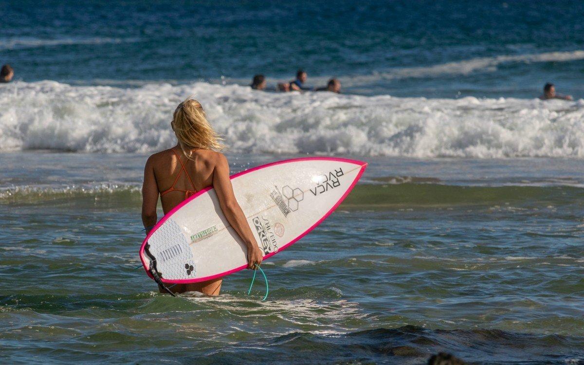 Junge Frau surft in Australien