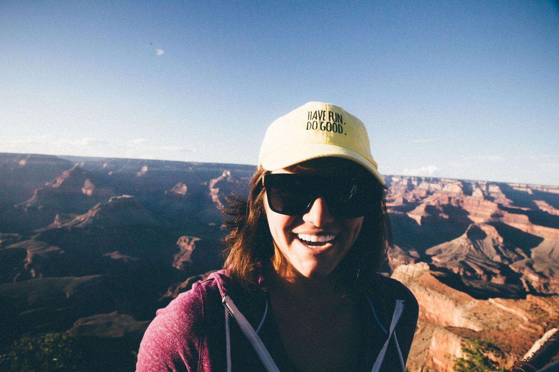 Touristin vorm Grand Canyon