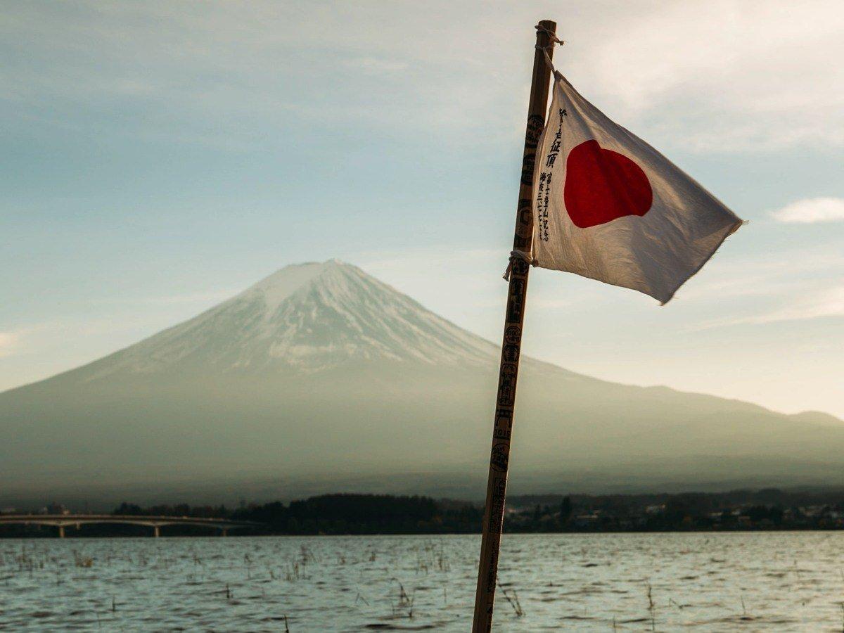 Mount Fuji mit Flagge im Vordergrund