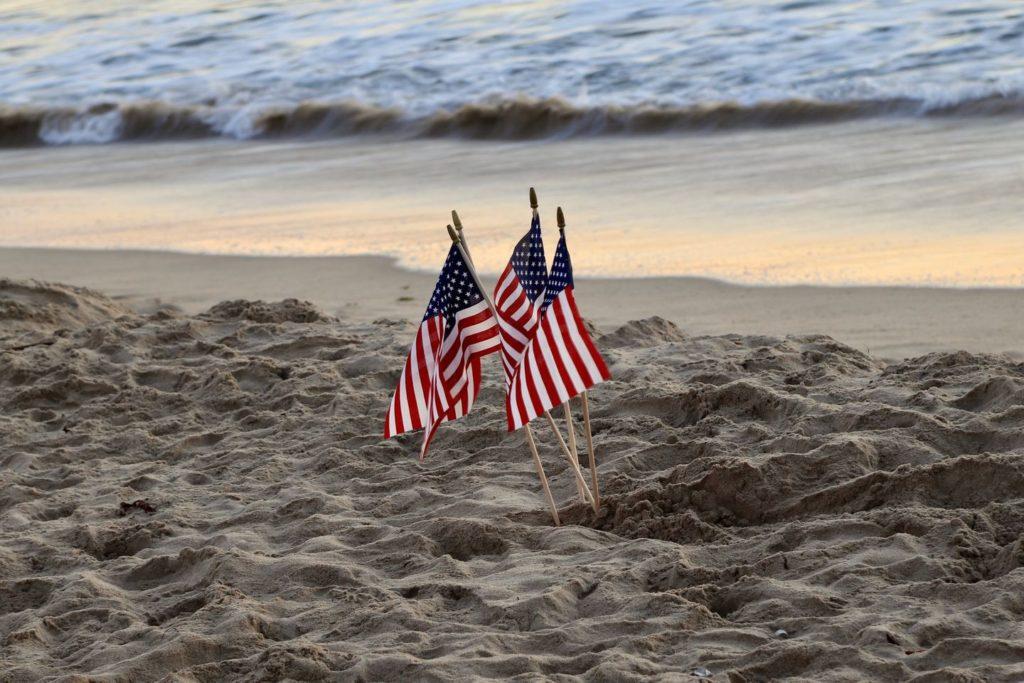 Amerikanische Flaggen am Strand