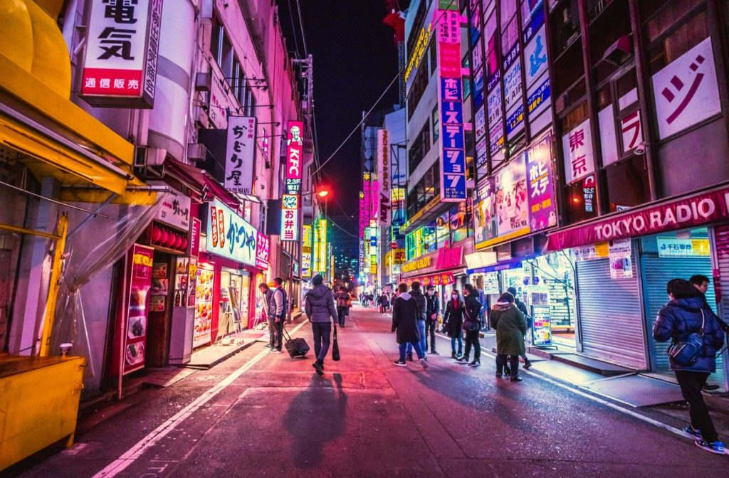 Stadtviertel von Tokio am Abend