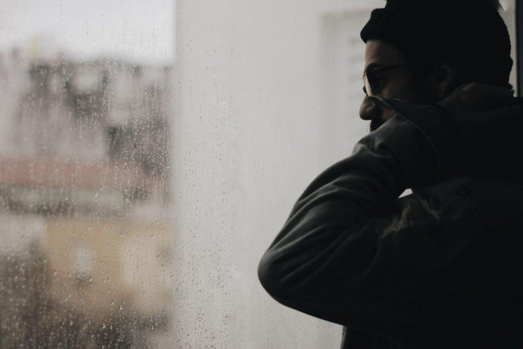 Work & Traveller schaut traurig aus Fenster