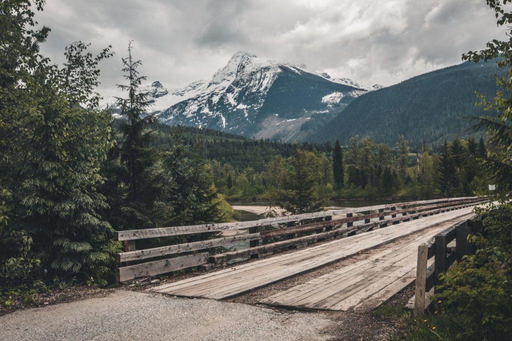 Holzbrücke im Nationalpark in Kanada