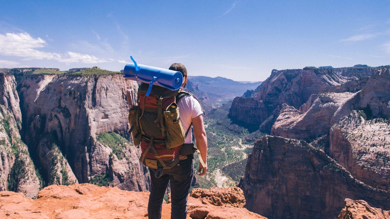 Work & Traveller blickt auf Tal im Nationalpark in den USA