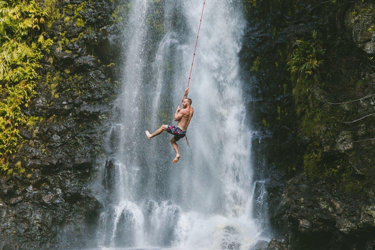 Seilschwingen vor Wasserfall
