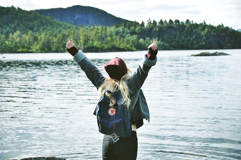 Work & Traveller an einem See