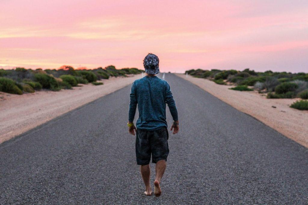 Work & Traveller läuft auf Strasse in Australien