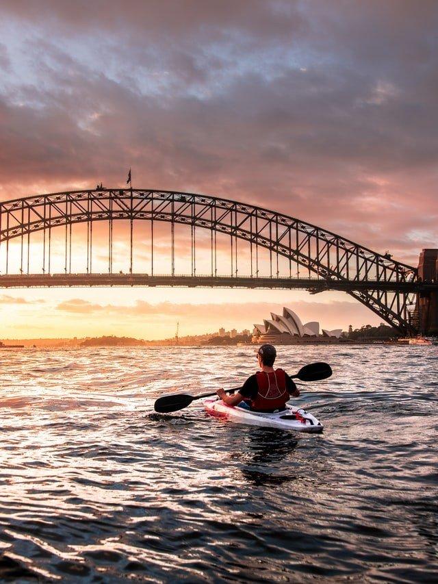 Kayakfahrer vor der Harbour Bridge