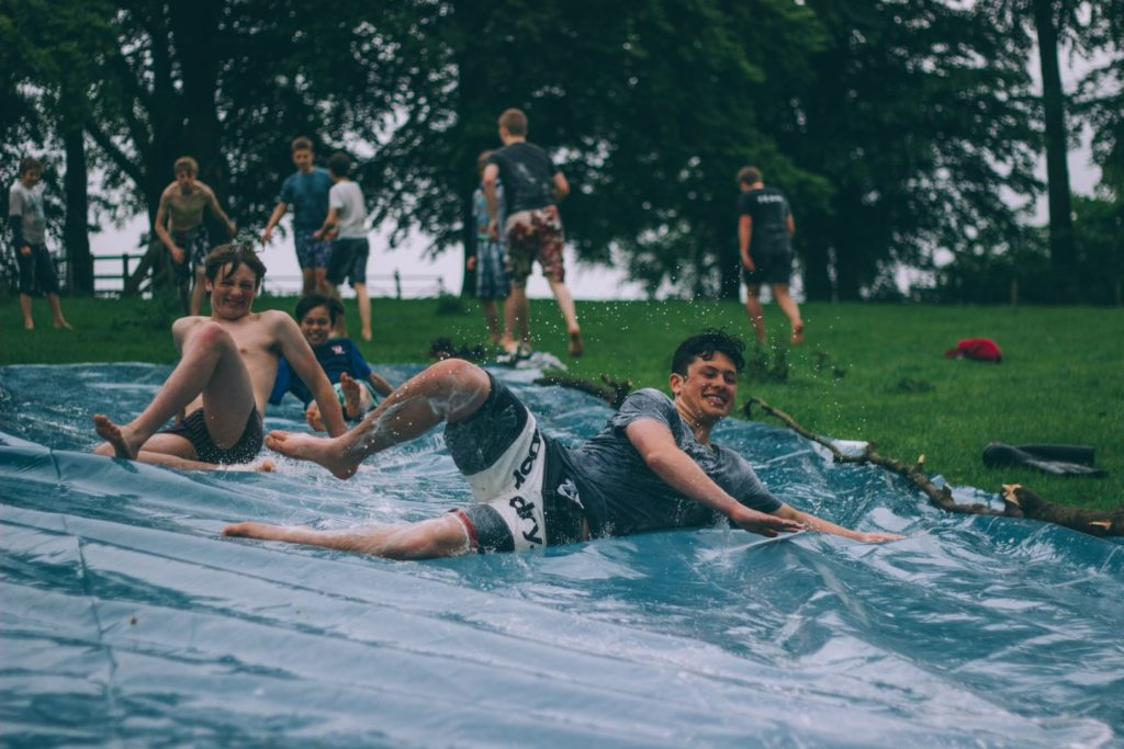 Kinder haben Spass im Sommercamp in Kanada