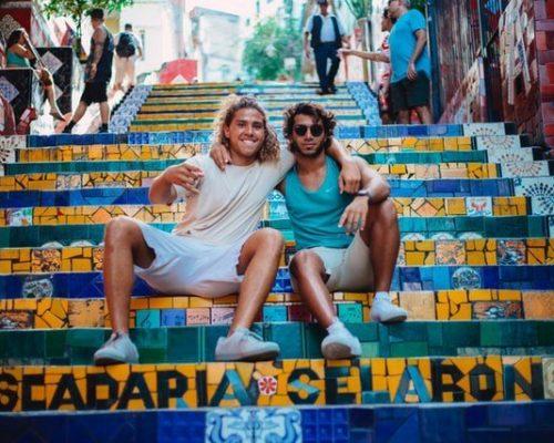 2 Freunde sitzen auf einer Treppe